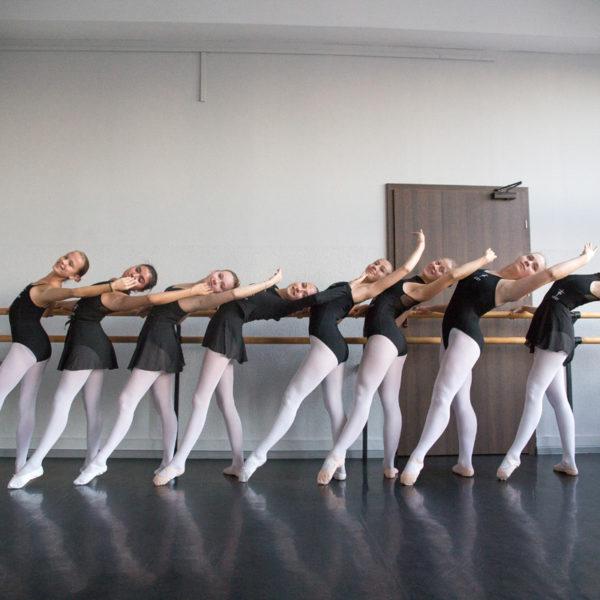 uczennice tańczą balet