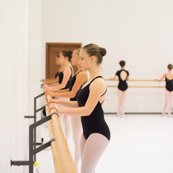 baletnice ćwiczą przy drążku