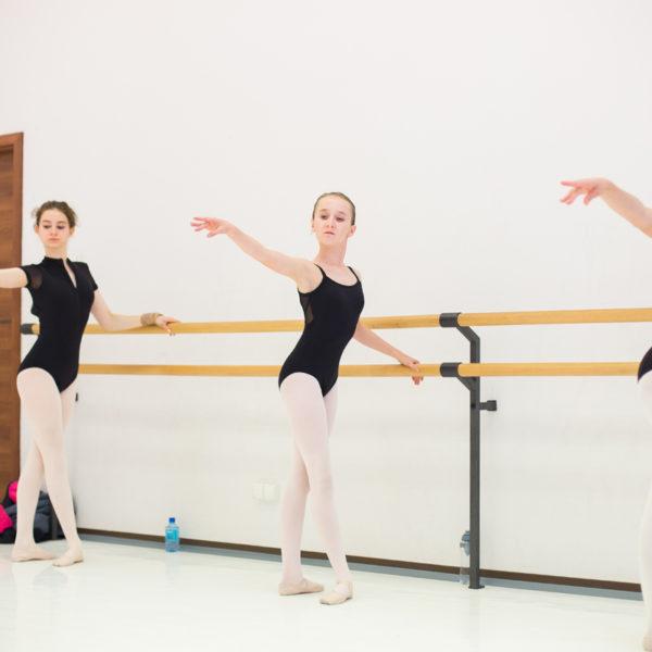 baletnice ćwiczą w sali baletowej w poznaniu