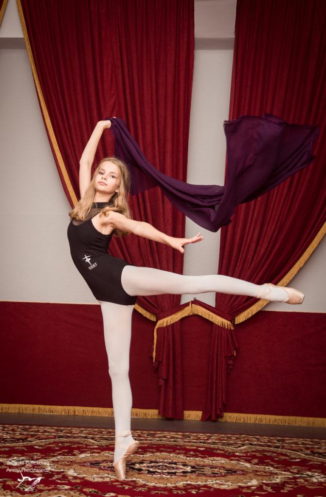 Uczennica Szkoły Baletowej Anny Niedźwiedź pozuje ze wstęgą