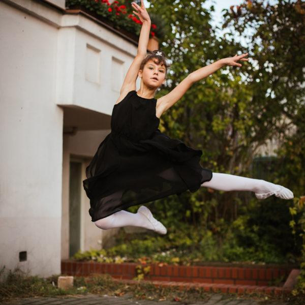 Co jedzą baletnice? Uczennica Szkoły Baletowej Anny Niedźwiedź pozuje do sesji zdjęciowej.