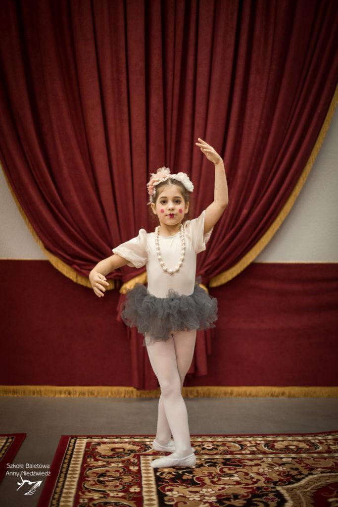 Uczennica Szkoły Baletowej Anny Niedźwiedź pozuje w Teatrze Cortiqué w Poznaniu