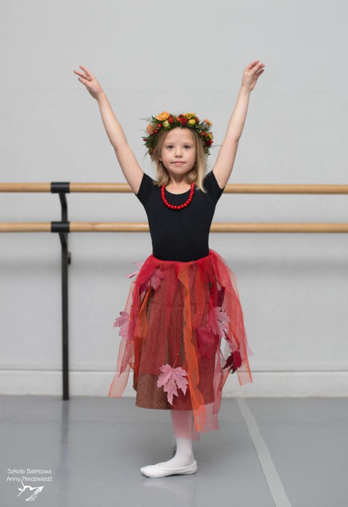 Uczennica Szkoły Baletowej Anny Niedźwiedź pozuje do sesji zdjęciowej