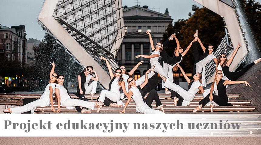 Uczniowie Szkoły Baletowej Anny Niedźwiedź pozują na Placu Wolności w Poznaniu